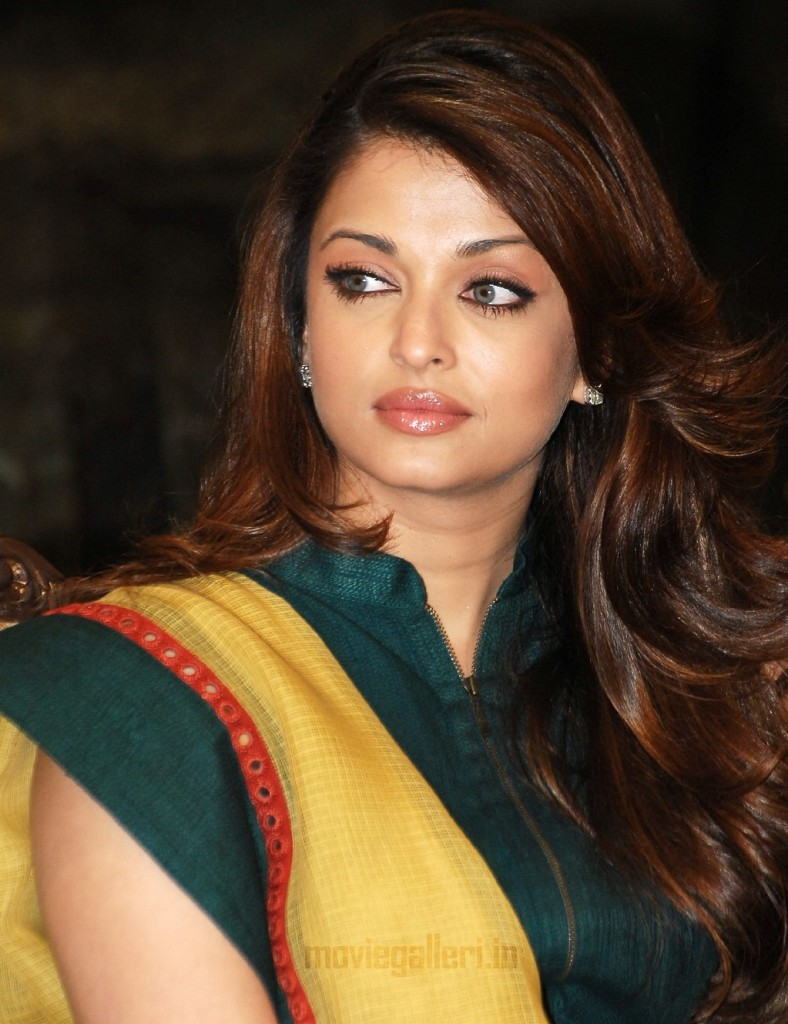 Aishwarya-Rai-Bachchan-to-copyAngelina-Jolie