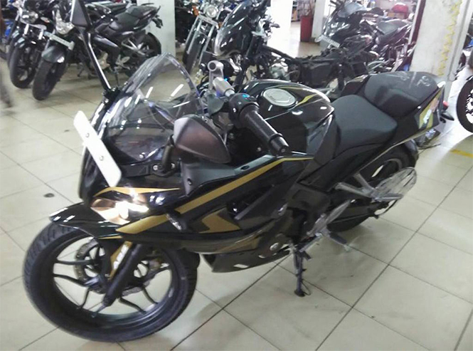 Bajaj-Pulsar-RS200-Spotted-at-Dealership-in-New-Livery