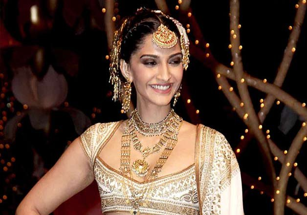 Sonam-Kapoor-Opens-for-designer-Abu-Jani-and-Sandeep-Khosla-at-BMW-India-Bridal-Fashion-Week1
