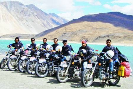 Meerut bikers hoist the Tricolour on worlds highest motorable road