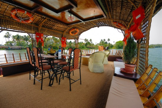 16-Incredible-Pics-You-Have-To-See-To-Believe-How-Luxurious-Kerala-Houseboats-Can-Be-On-The-Inside1