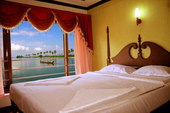 16-Incredible-Pics-You-Have-To-See-To-Believe-How-Luxurious-Kerala-Houseboats-Can-Be-On-The-Inside11