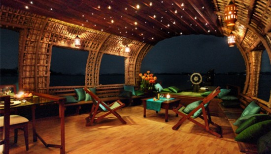 16-Incredible-Pics-You-Have-To-See-To-Believe-How-Luxurious-Kerala-Houseboats-Can-Be-On-The-Inside14