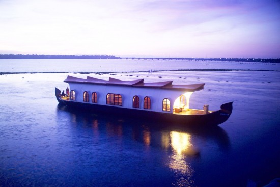 16-Incredible-Pics-You-Have-To-See-To-Believe-How-Luxurious-Kerala-Houseboats-Can-Be-On-The-Inside16