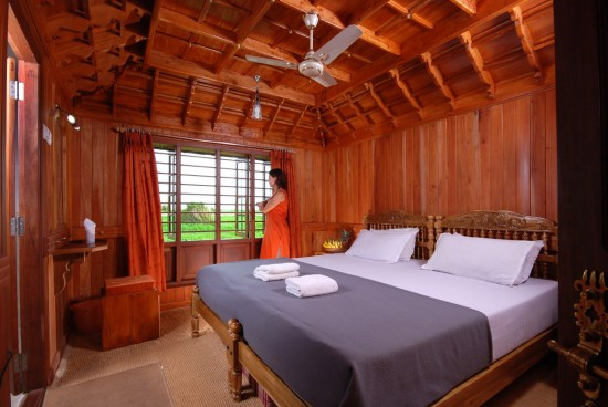 16-Incredible-Pics-You-Have-To-See-To-Believe-How-Luxurious-Kerala-Houseboats-Can-Be-On-The-Inside2