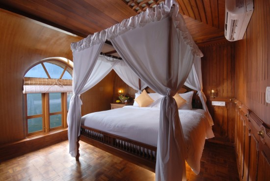 16-Incredible-Pics-You-Have-To-See-To-Believe-How-Luxurious-Kerala-Houseboats-Can-Be-On-The-Inside7