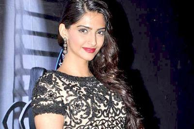 Actress-Sonam-Kapoor-here-Hollywood-gift-to-you-on-your-birthday2