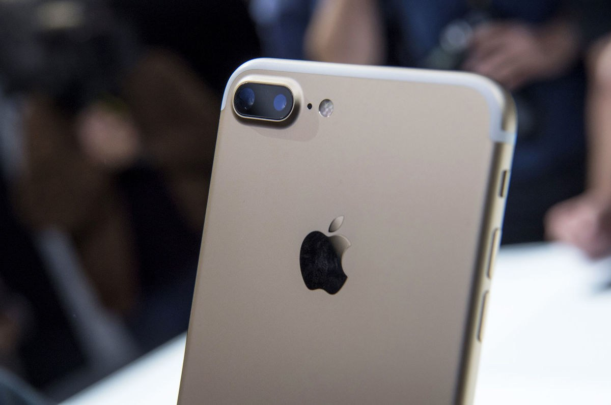 Apple deliverd record quarter with customers switch to dual-lens iPhone 7 Plus