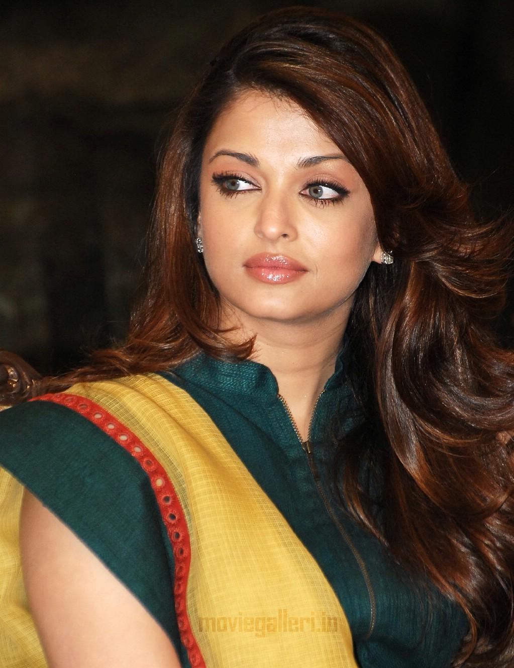 Angelina Jolie Hot Stills aishwarya rai bachchan to copy angelina jolie?